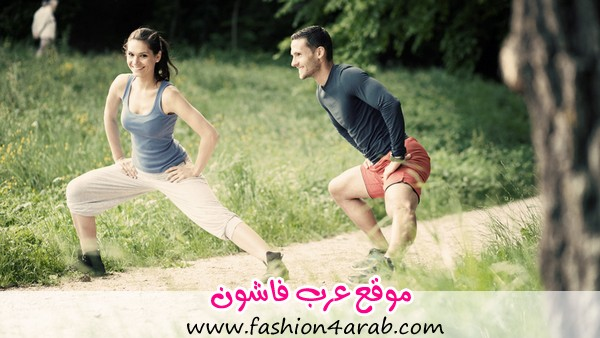 Cheerful-fit-young-couple-stretching
