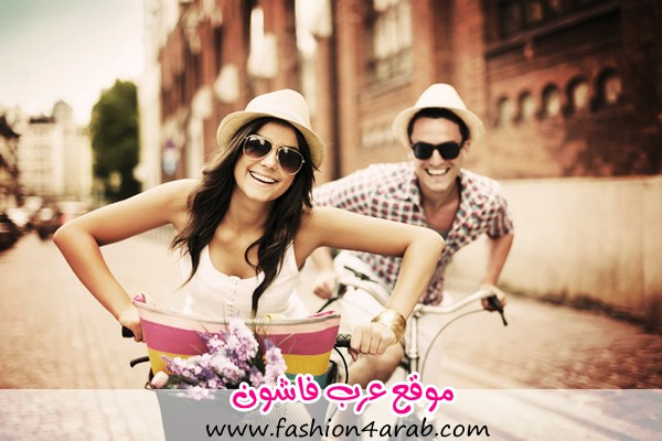 Happy-couple-cycling-in-the-city