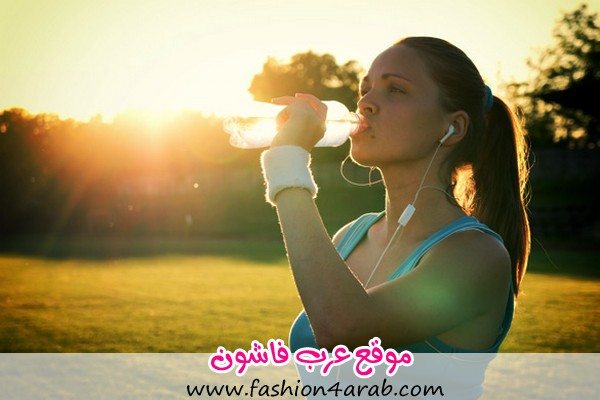 Young-woman-drinking-water-after-run