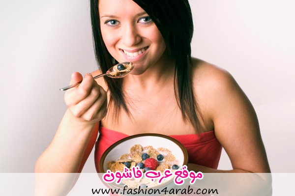 woman-eating-cereal-with-fruit