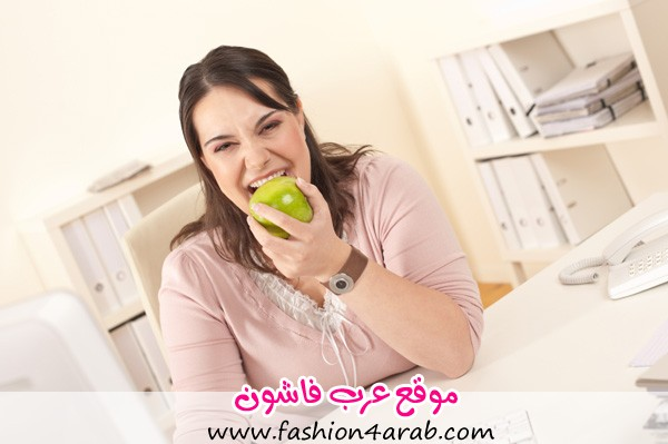 woman-eating-apple-in-office
